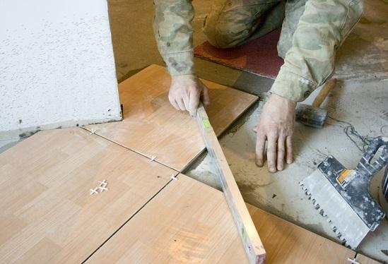 Облицювання керамічною плиткою підлоги.