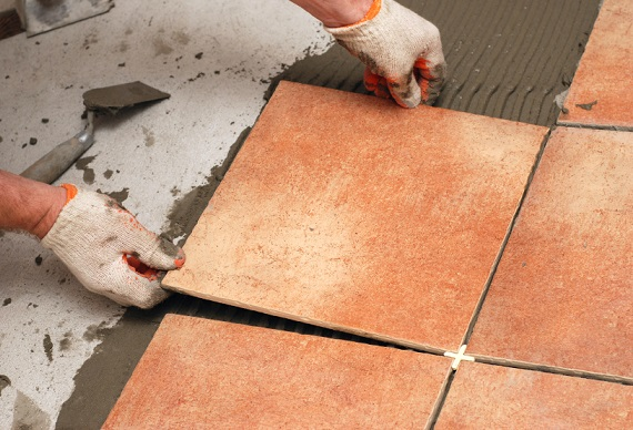 Укладання плитки на підлогу.
