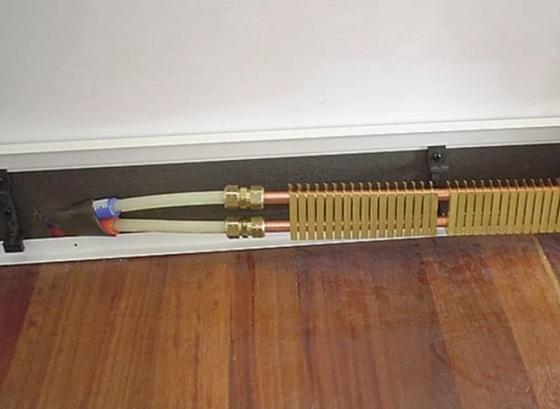 Теплий плінтус - електричний або водяний.