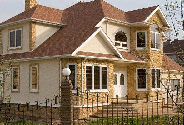 На зображенні приклад обробки фасаду будинку камінням.